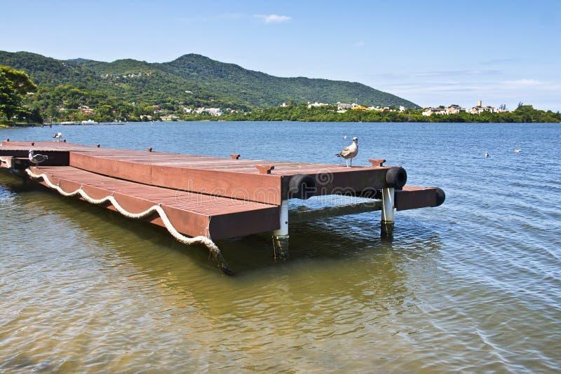 Embarcadero en Lagoa DA Conceicao en Florianopolis, el Brasil foto de archivo libre de regalías