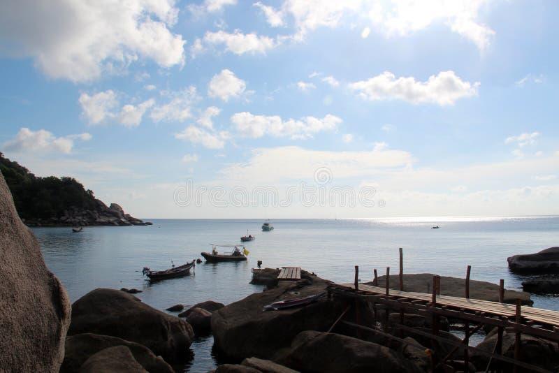 Embarcadero en las rocas por el mar imagen de archivo
