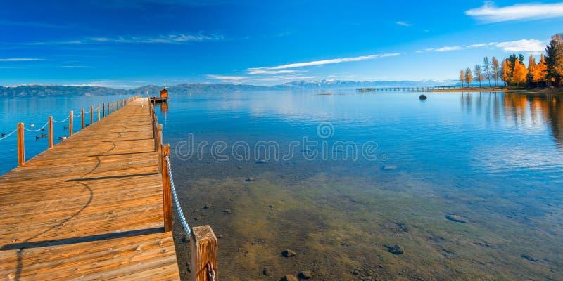 Embarcadero en un lago imagenes de archivo