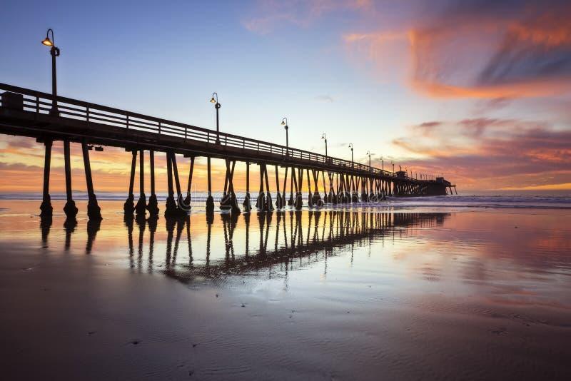 Embarcadero imperial de la playa después de la puesta del sol imágenes de archivo libres de regalías