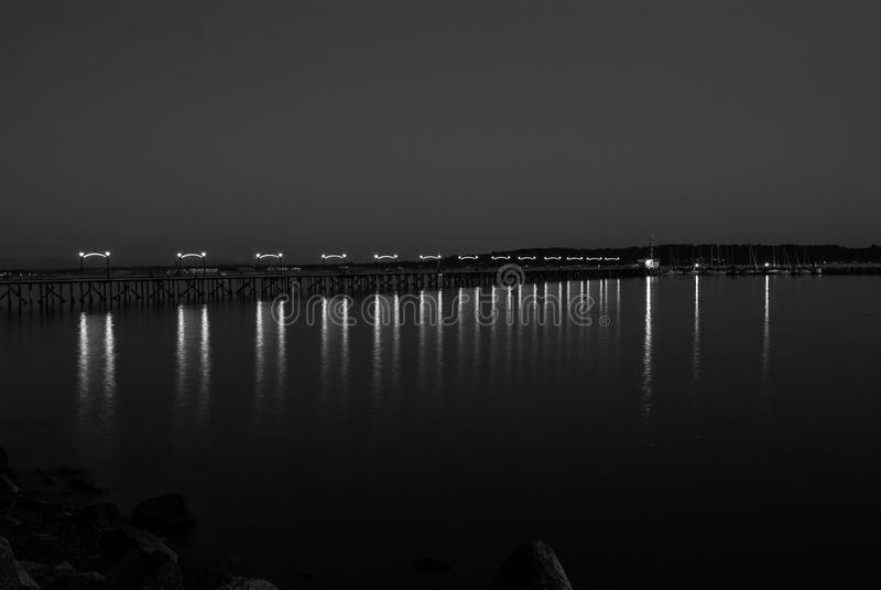 Embarcadero ligero de la noche imagen de archivo