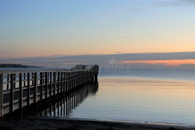 Embarcadero pintoresco en el mar, entierro en el mar fotografía de archivo