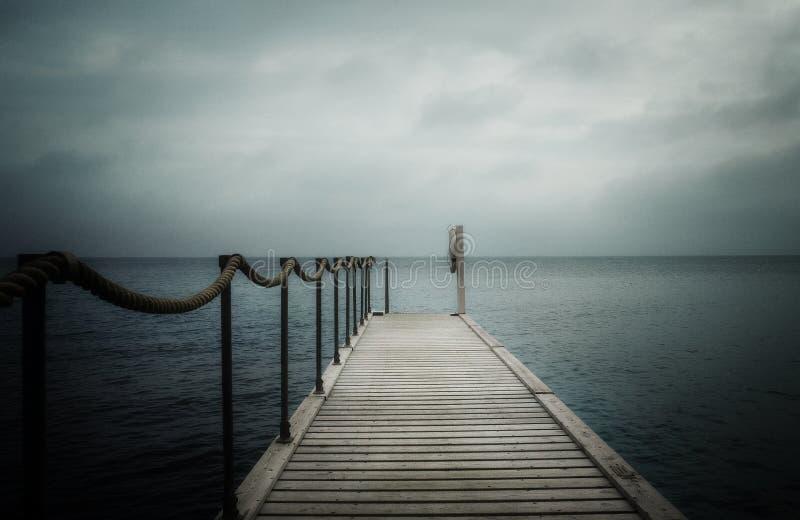 Embarcadero por el mar fotos de archivo
