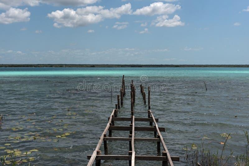 Embarcadero quebrado viejo en la laguna de Bacalar, Quintana Roo, México imagen de archivo