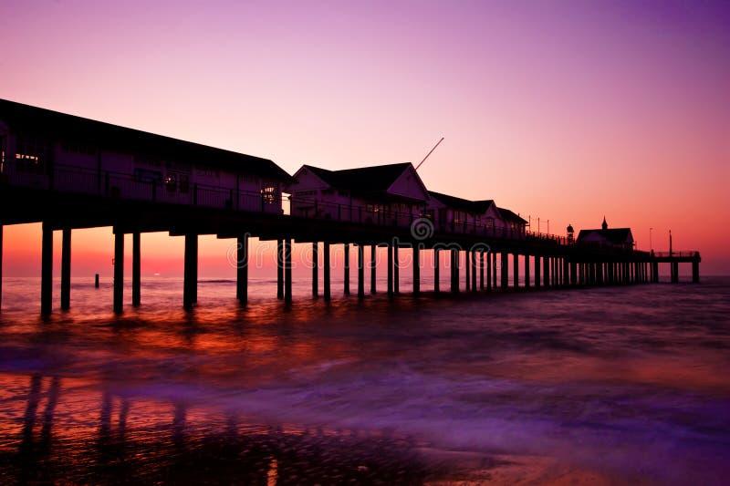 Embarcadero silueteado en la puesta del sol imagen de archivo libre de regalías