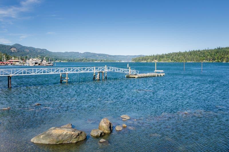 Embarcadero vacío en un puerto y un cielo azul fotografía de archivo libre de regalías