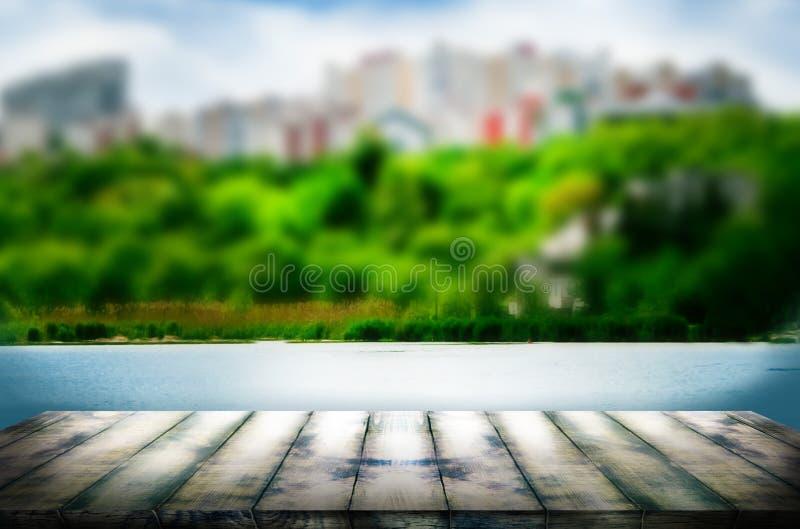 Embarcadero viejo del roble en perspectiva contra la perspectiva de un paisaje borroso con un lago La plantilla se puede utilizar fotos de archivo libres de regalías