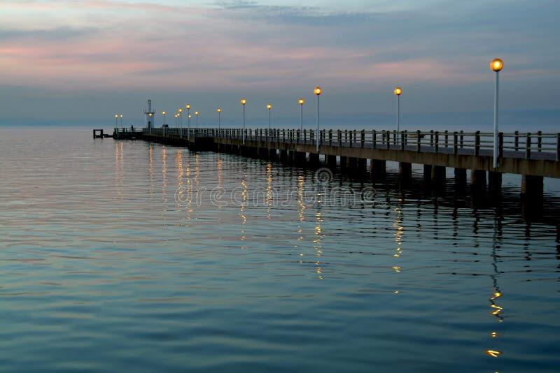 Embarcadero viejo rodeado por el agua azul imagen de archivo libre de regalías