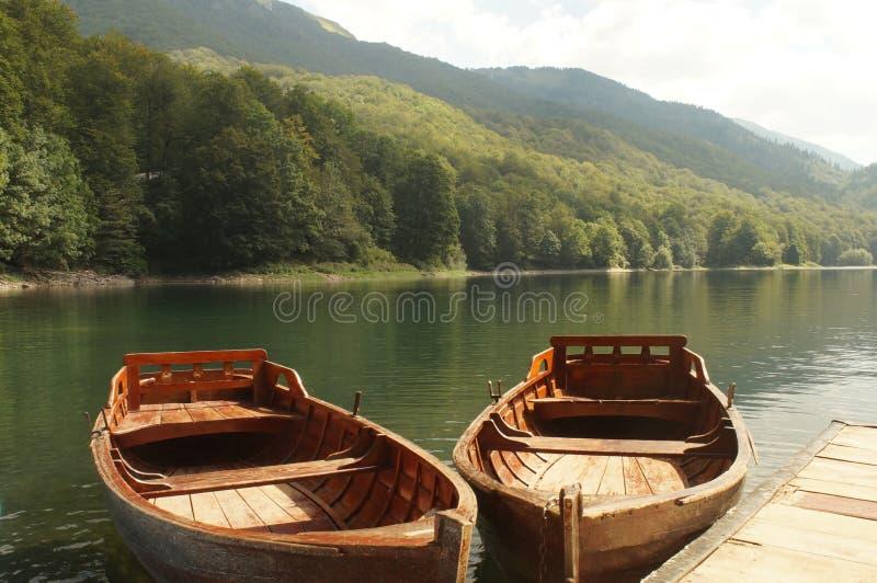 Embarcadero y barcos en el lago Biograd, parque nacional de Biogradska Gora fotos de archivo