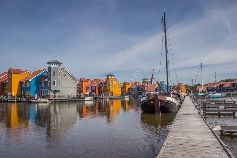 Embarcadero y barcos en el Reitdiephaven en Groninga fotografía de archivo