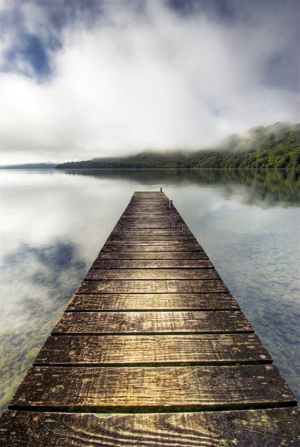 Embarcadero y lago tranquilo, Nueva Zelanda del barco fotos de archivo