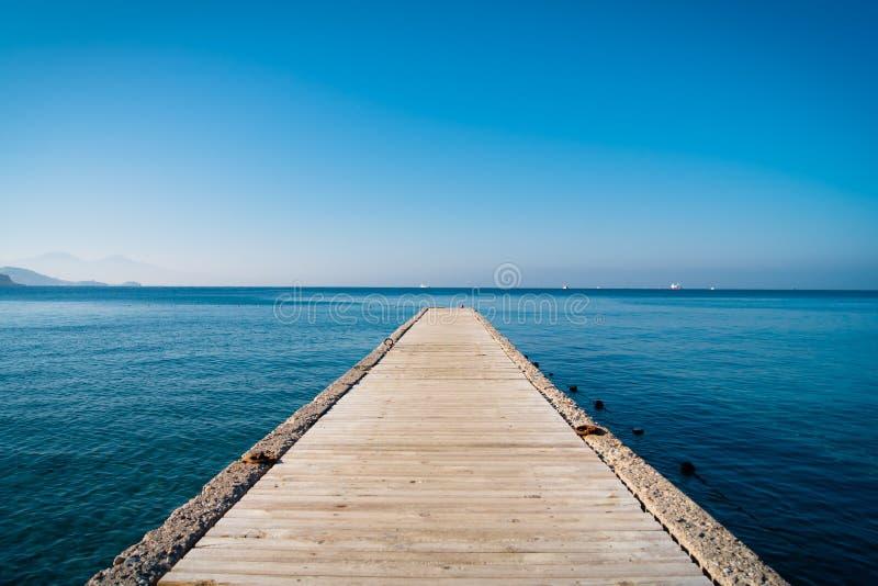 Embarcadero y mar imagen de archivo