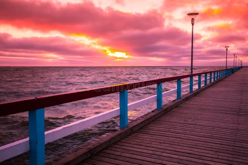 Embarcadero y mar en la puesta del sol fotos de archivo