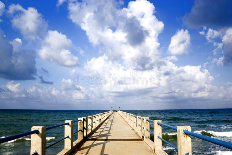 Embarcadero y mar hermoso foto de archivo