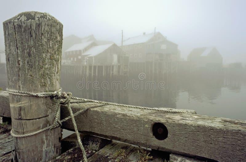 Embarcadero y pueblo pesquero en una mañana brumosa imágenes de archivo libres de regalías