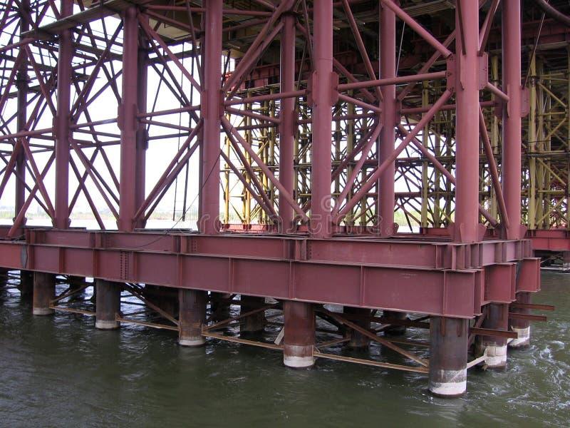 Embarcaderos potentes del puente que se colocan en el puente del bugrinskij de la construcción del agua en Novosibirsk imagenes de archivo