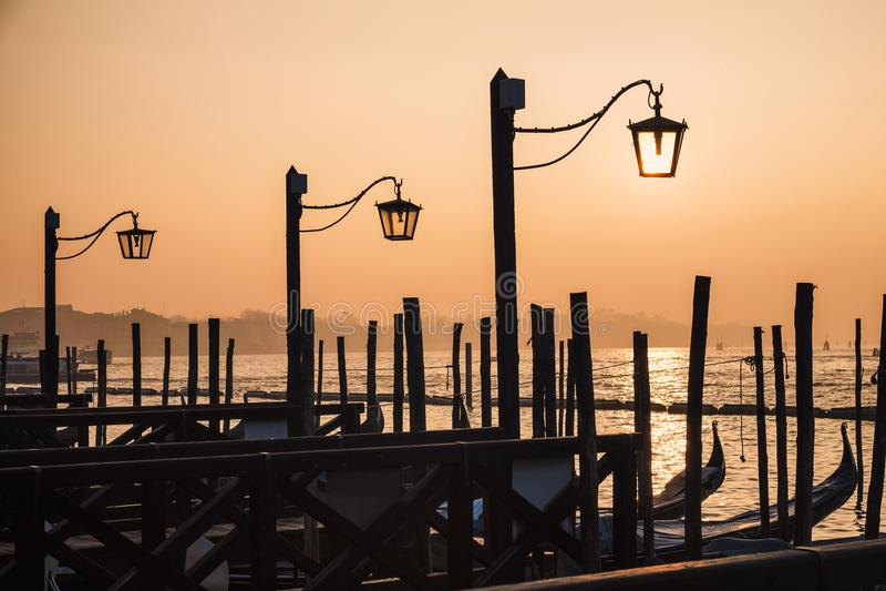 Embarcaderos y lámparas de madera fotografía de archivo libre de regalías