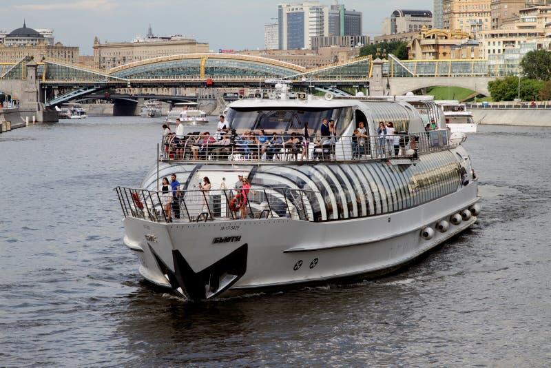Embarcation de plaisance moderne sur la rivière de Moscou photographie stock