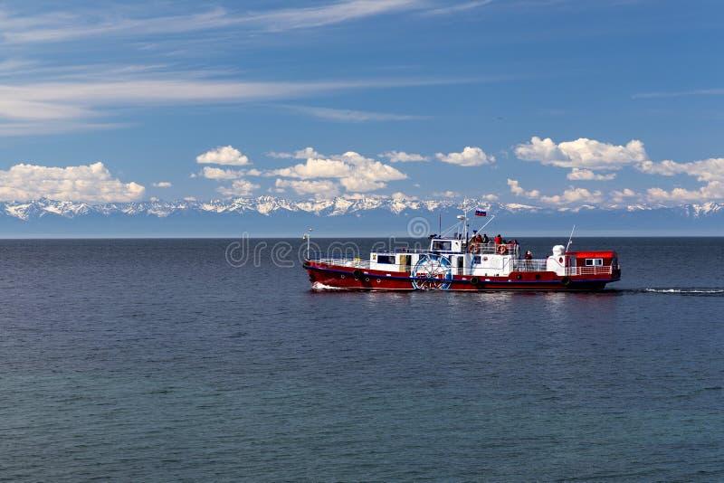 Embarcation de plaisance sur le lac Ba?kal photographie stock libre de droits