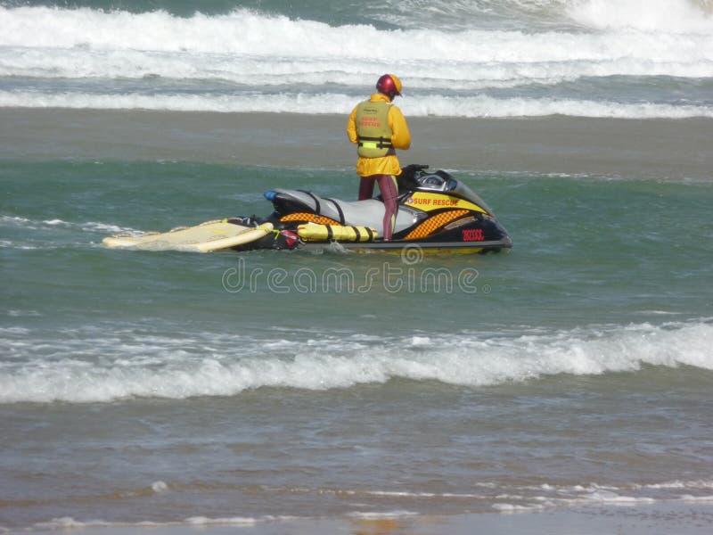 Embarcation de sauvetage de vague déferlante photos stock