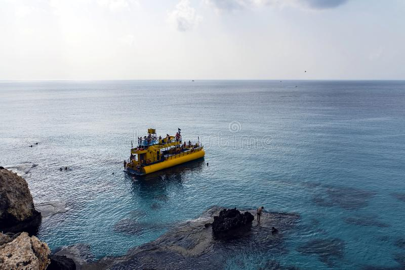 Embarcations de plaisance amarrées dans Ayia Napa près de la plage Station touristique à l'extrémité d'Extrême-Orient de la côte  photo libre de droits