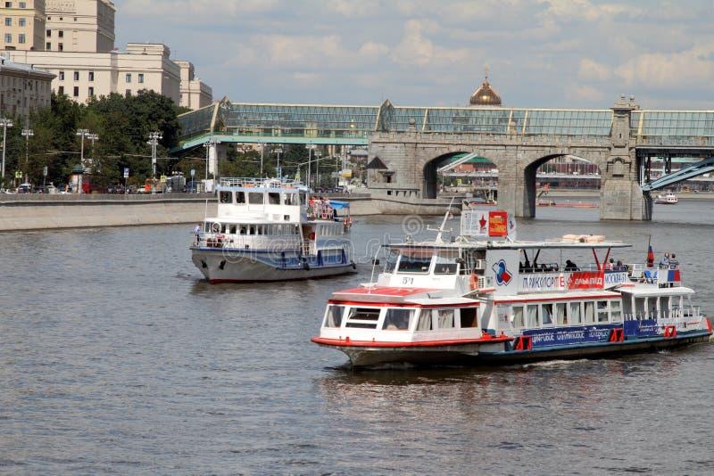 Embarcations de plaisance sur la rivière Moscou image stock