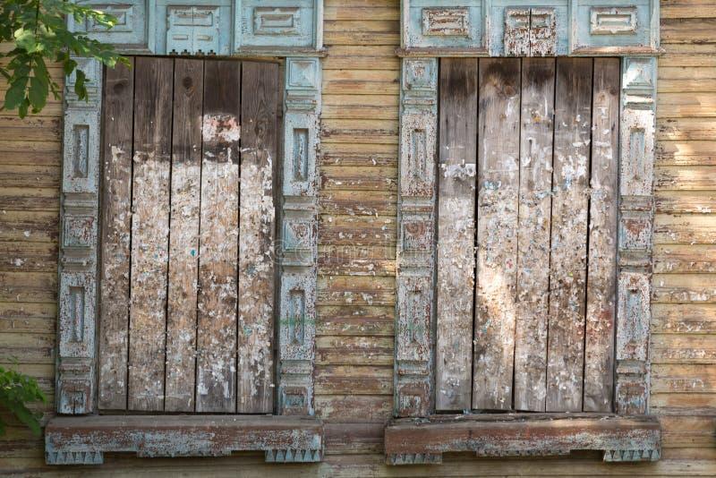 Embarqué vers le haut de la fenêtre d'une vieille maison en bois Texture de bois image stock