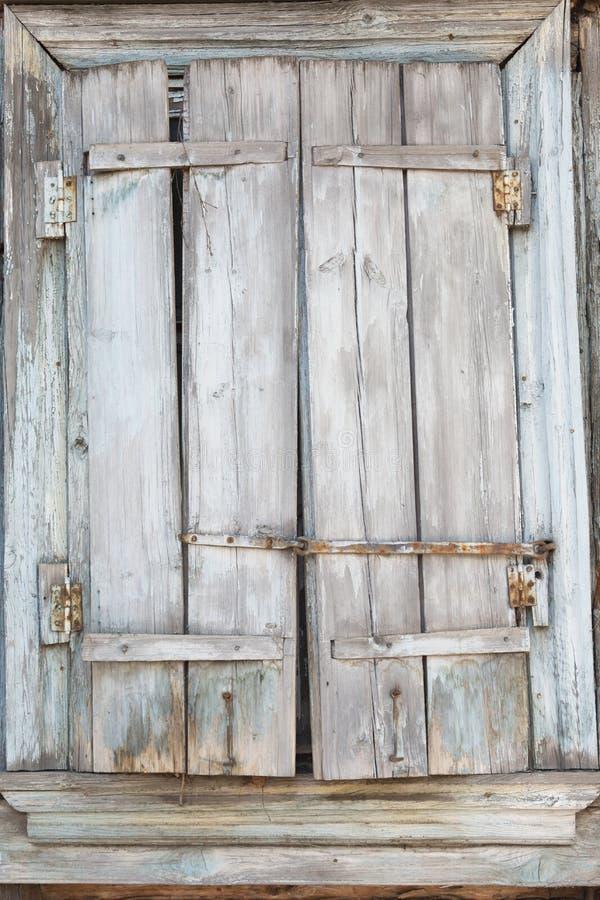 Embarqué vers le haut de la fenêtre d'une vieille maison en bois Texture de bois image libre de droits