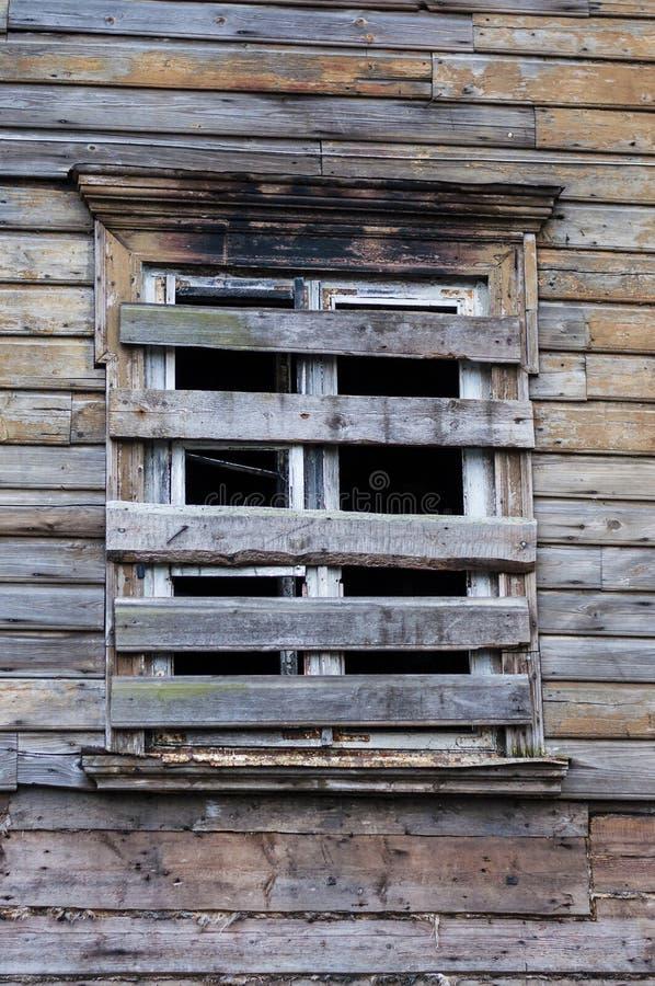 Embarqué vers le haut des fenêtres de maison rurale abandonnée photographie stock