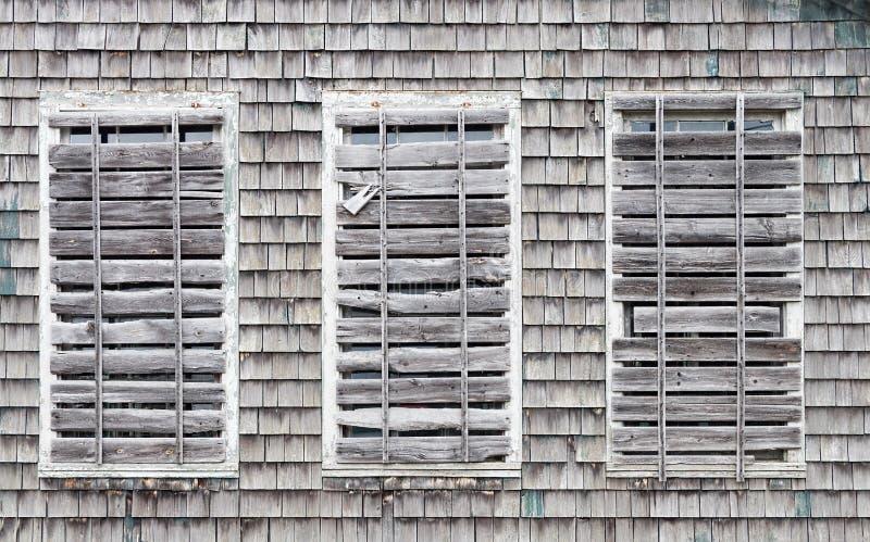 Embarqué vers le haut des fenêtres sur le vieux bâtiment photo stock