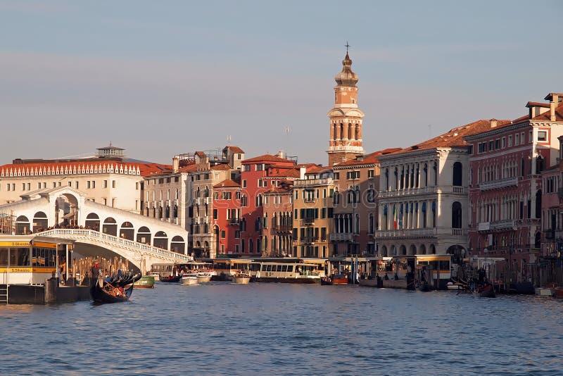 Embarquant au-dessus de la grande, belle architecture de Canale et des gondoles à Venise images libres de droits