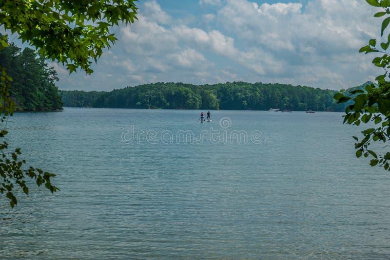 Embarque da pá e outras atividades no lago fotografia de stock