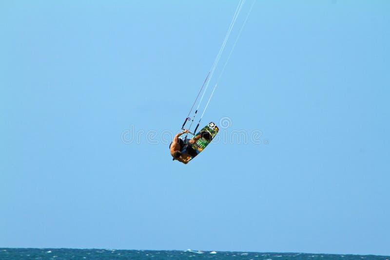 Embarque de cogida del viento del aire de la persona que practica surf de la cometa fotografía de archivo