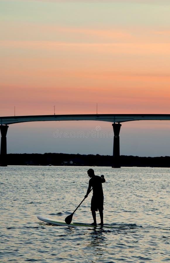Embarque de la paleta en la puesta del sol imagen de archivo