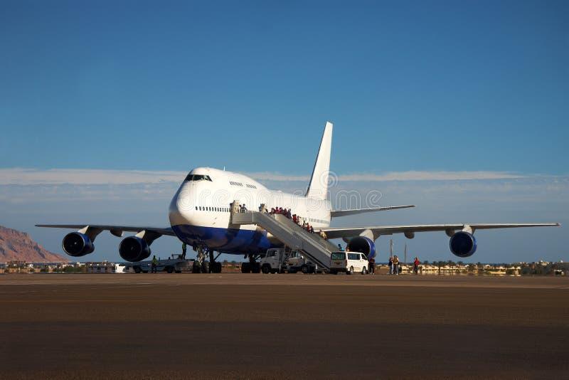 Embarque del aeroplano y de los pasajeros fotografía de archivo
