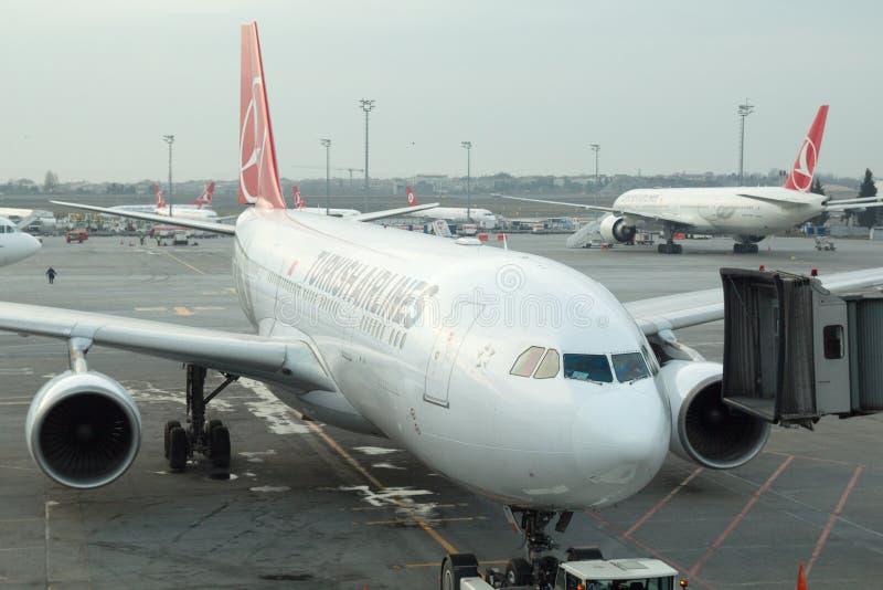 Embarque do avião de Turkish Airlines no aeroporto de Istambul Ataturk foto de stock