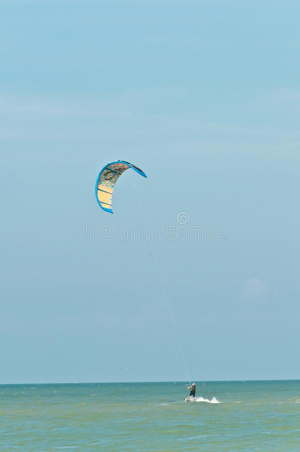 Embarque masculino novo do papagaio em um dia ventoso, tropical fotos de stock royalty free