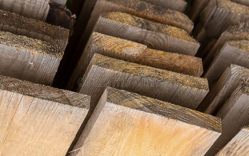 Embarque a opinião unpainted do armazém da pilha de baixo da perspectiva ascendente, madeira serrada do teste padrão do fundo imagem de stock royalty free