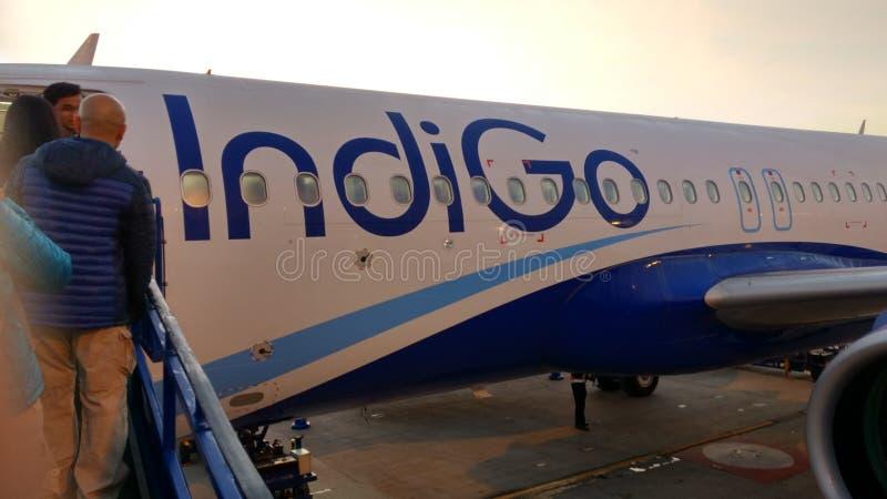 Embarquement aux lignes aériennes d'indigo photo stock