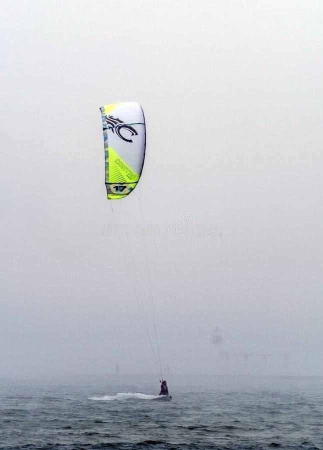 Embarquement de cerf-volant dans le brouillard image libre de droits