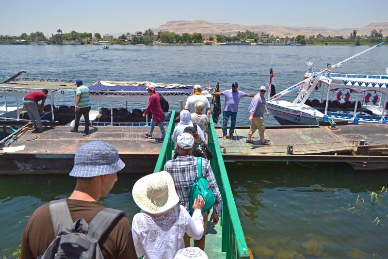 Embarquement sur une embarcation de plaisance sur le Nil image libre de droits
