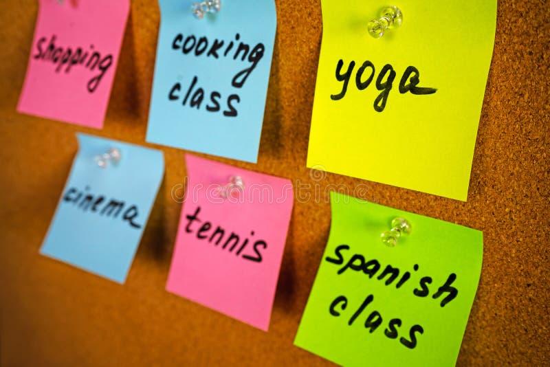 Embarquez avec des activités de rappels d'autocollants et des passe-temps de fille ou de dame : yoga, classe espagnole, cours de  photos libres de droits