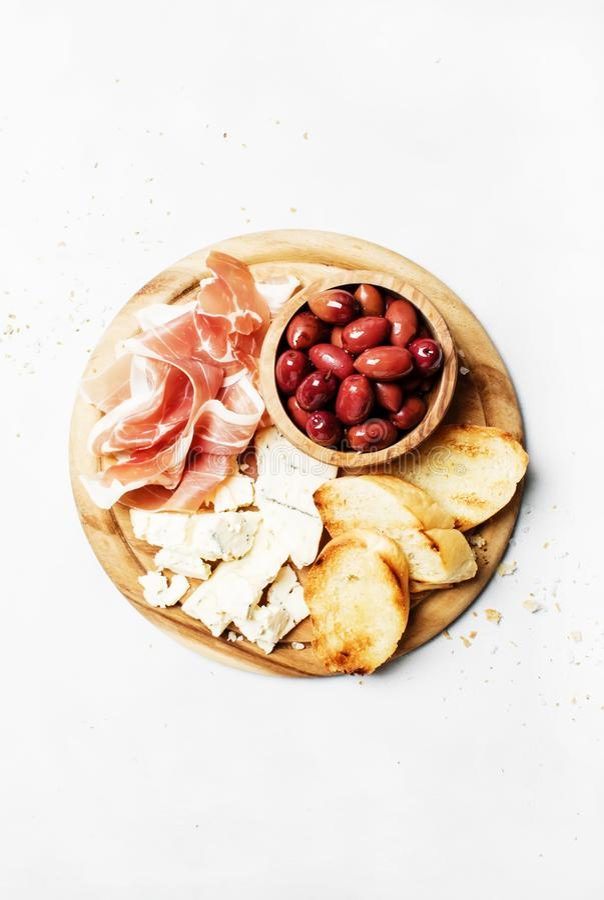 Embarquez avec des apéritifs, le crostini, le prosciutto, le fromage bleu et l'oli photo libre de droits
