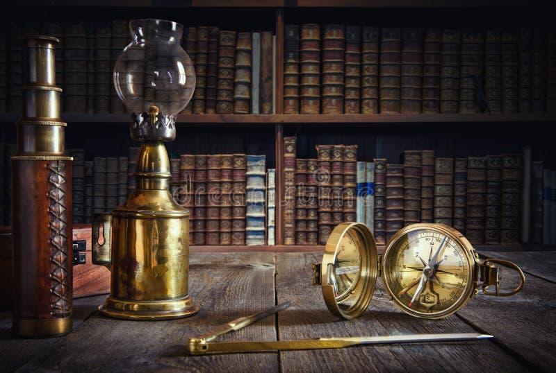 Embarquez la lampe, la boussole, le diviseur et le regard sur la table en bois Trav image libre de droits