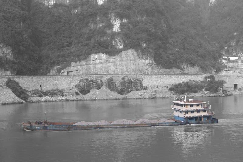 Embarquez le déplacement par la pollution sur le fleuve Yangtze, Chine photographie stock