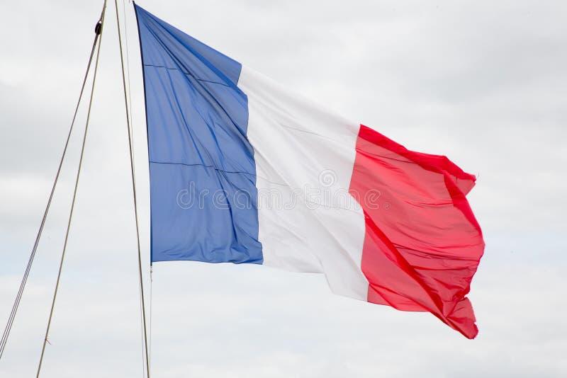 Embarquez le drapeau français dans le bleu blanc rouge de nuage de ciel photos libres de droits