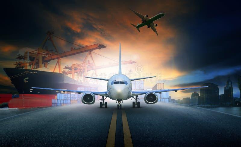 Embarquez le récipient de chargement dans le pla de fret aérien de pilier et d'import-export image stock