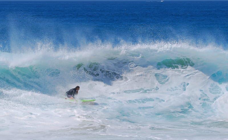 Embarquez le surfer montant une vague à la plage d'Aliso dans le Laguna Beach, la Californie photo libre de droits