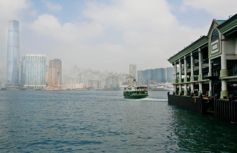 Embarquez les voiles au pilier de Victoria Harbor avec le fond de la ville de Hong Kong photographie stock