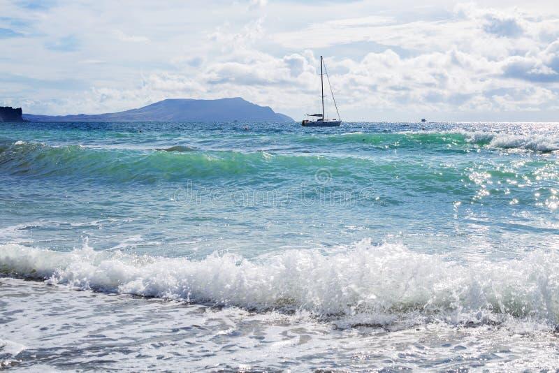 Embarquez les yachts avec les voiles blanches en mer photographie stock